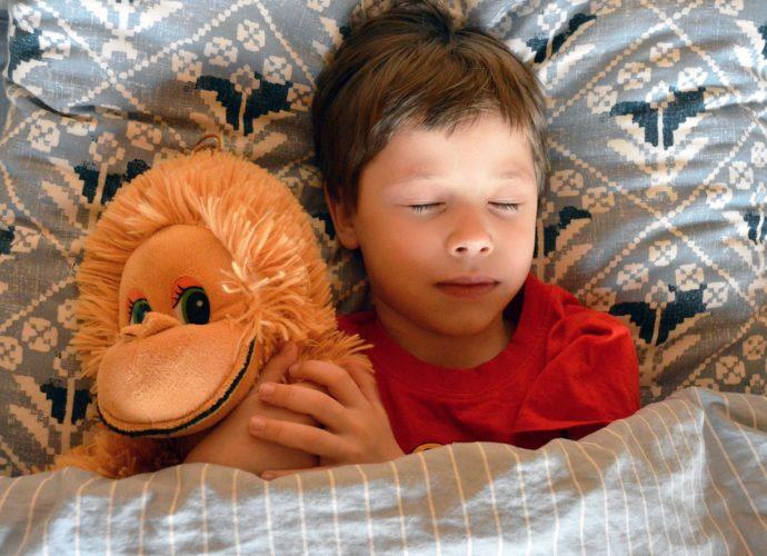 Научный факт: дети растут во сне благодаря гормону соматотропину!