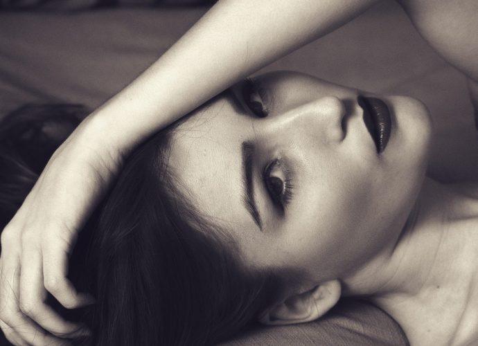 Здоровый сон играет важную роль в поддержании красоты и профилактике старения кожи.