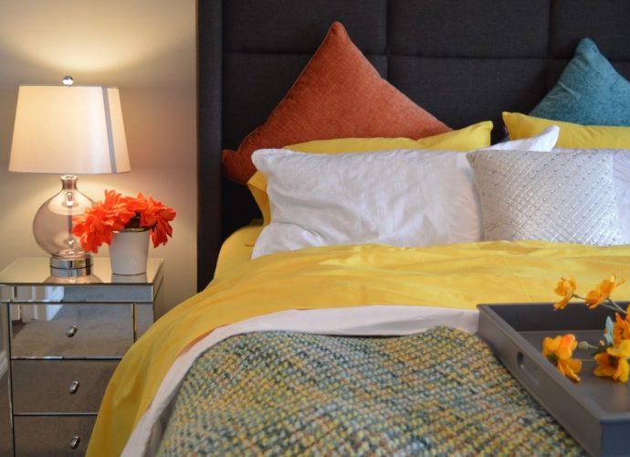 Шелковое постельное белье в спальне: преимущества и недостатки.